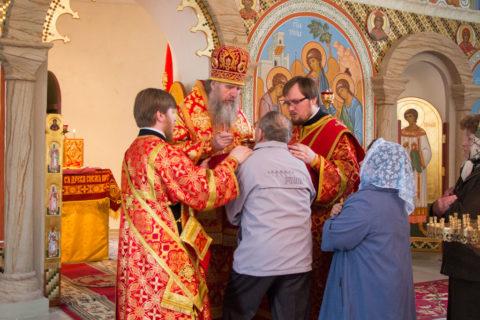 Архиепископ Димитрий совершил утреню и Божественную литургию в храме Святой Живоначальной Троицы