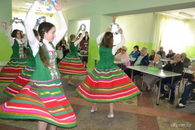 Воспитанники воскресной школы прихода храма св. великомученика Георгия поздравили с Пасхой насельников Вороновского дома-интерната