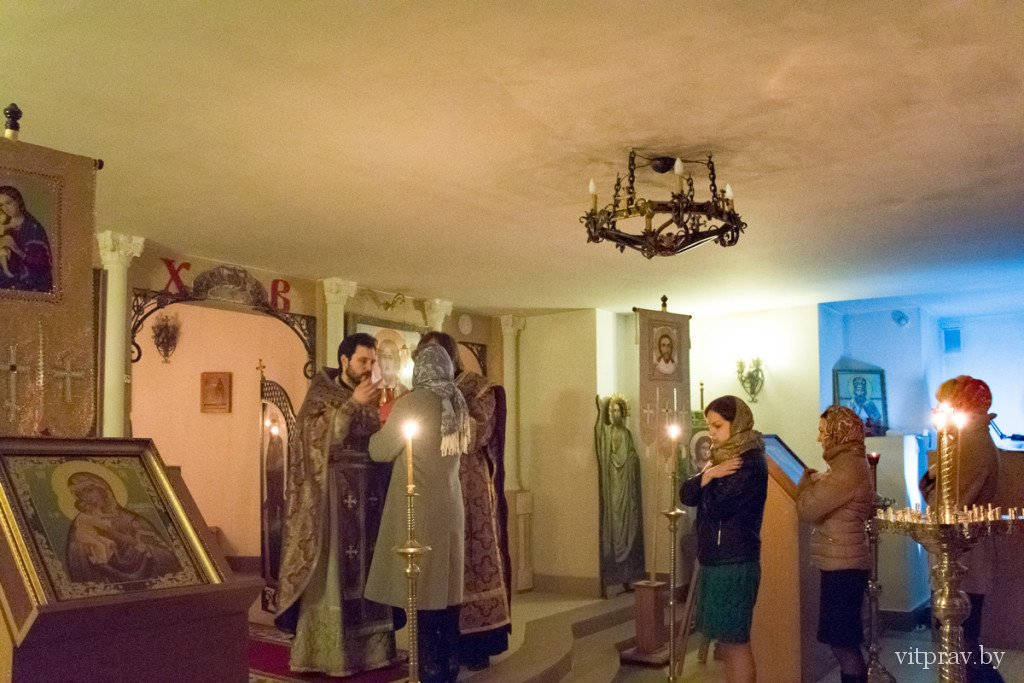 В храме преподобного Антония Римлянина города Витебска прошла очередная Литургия Преждеосвященных Даров в вечернее время