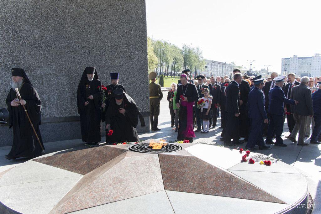 В День Победы представители духовенства Витебской епархии во главе с архиепископом Димитрием возложили цветы к главному монументу на площади Победы