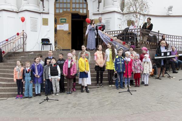 Православный молодежный клуб «Синаксис» провёл Пасхальный концерт у стен храма Воскресения Христова города Витебска