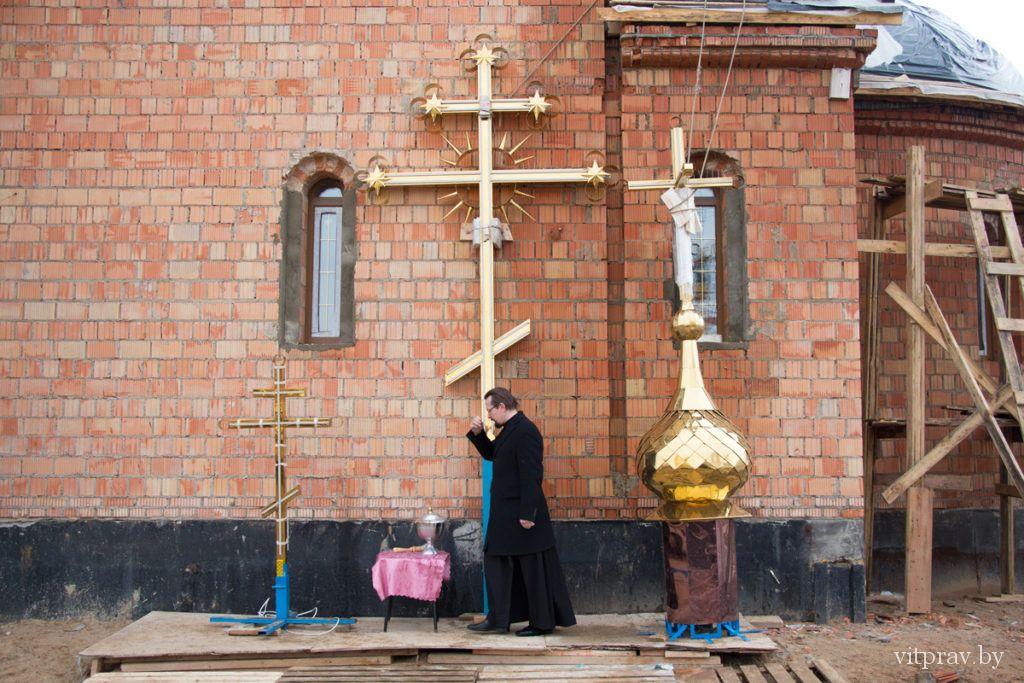 Архиепископ Димитрий возглавил чин освящения крестов и купола храма блаженной Матроны в Витебске