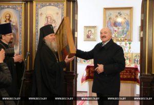 Президент Беларуси Александр Лукашенко в праздник Пасхи посетил храм Преображения Господня в городе Барань