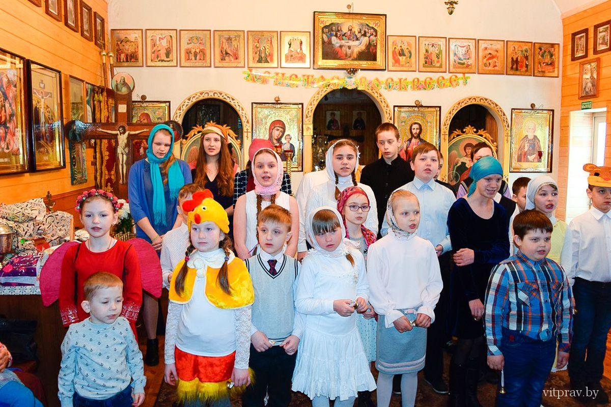 Воспитанники воскресной школы «Фавор» поздравили прихожан Преображенского храма города Лепеля с праздником Пасхи
