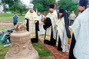 На колокольню Свято-Богоявленского Кутеинского монастыря подняли самый большой колокол
