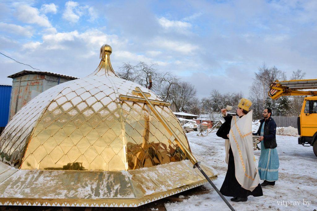Строящийся храм святого равноапостольного князя Владимира в Толочине увенчали куполами