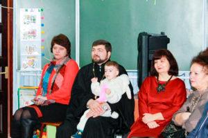 Иерей Сергий Лешкевич и воспитанники воскресной школы посетили утренники в Центре коррекционно-развивающего обучения и реабилитации и Социально-педагогическом центре г. Лепеля