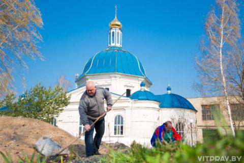 Представитель Витебского облисполкома помог в уборке территории Маркова мужского монастыря