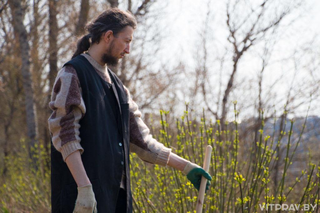 Представитель отдела религий и национальностей Витебского облисполкома помог в уборке территории Маркова мужского монастыря