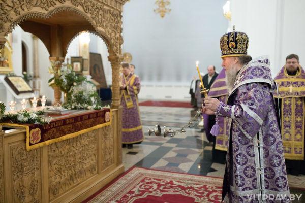 Архиепископ Димитрий совершил вечернюс выносом Плащаницы в Свято-Успенском кафедральном соборе города Витебска