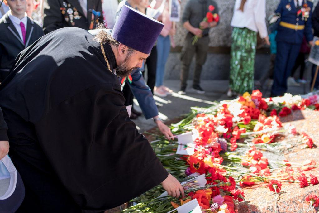 Представители духовенства Витебской епархии во главе с архиепископом Димитрием возложили цветы к главному монументу на площади Победы