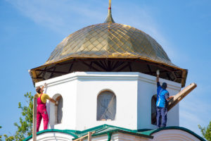 На храм священномученика Фаддея установили центральный купол и крест