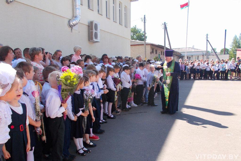 Благочинный Чашникского округа выступил с напутственным словом на школьной линейке