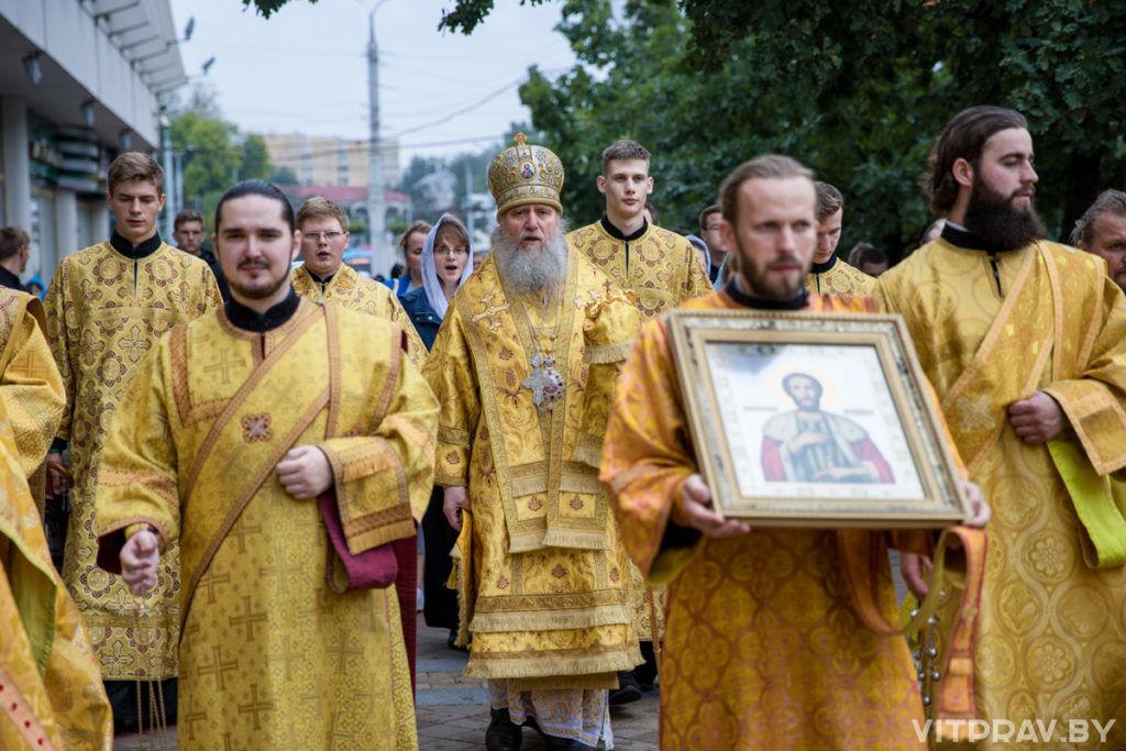 Архиепископ Димитрий возглавил Божественную литургию в Свято-Успенском соборе и крестный ход к памятнику святому благоверному князю Александру Невскому