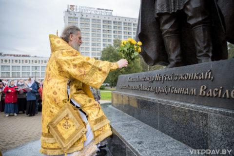 Архиепископ Димитрий возглавил Божественную литургию в Свято-Успенском кафедральном соборе и крестный ход к памятнику святому благоверному князю Александру Невскому и его семье