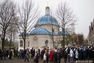 Божественные литургии начнутся 19 января в 0:00 и в 10:00.