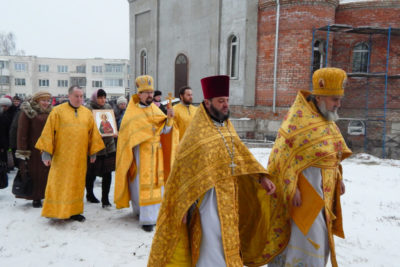 В строящемся храме святителя Николая в Шумилино совершили первую Божественную литургию