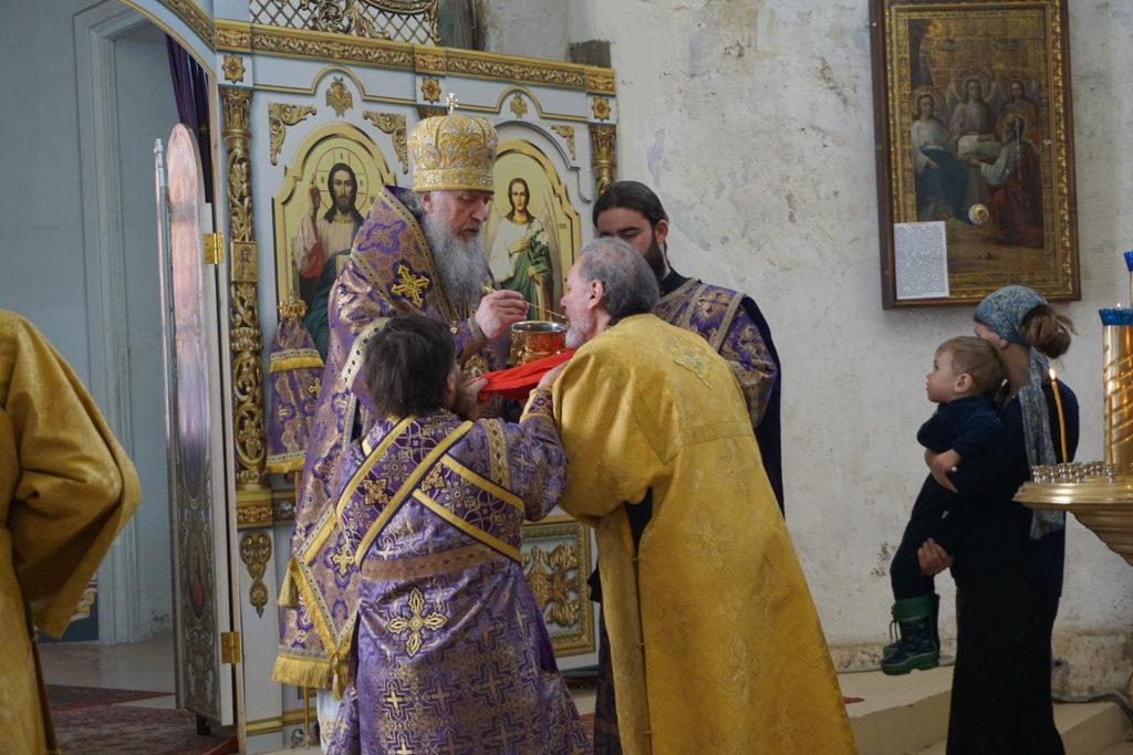 В Крестопоклонную Неделю архиепископ Димитрий совершил богослужение в храме великомученицы Ирины в Москве
