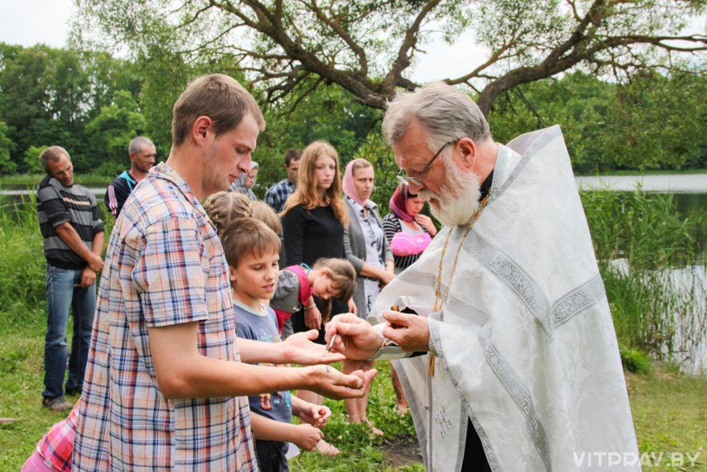 На берегу Зароновского озера было совершено массовое крещение