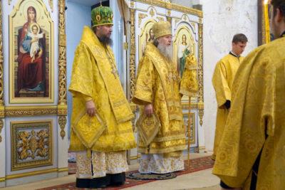 Архиепископ Димитрий совершил Божественную литургию в сослужении епископа Югорского и Няганского Фотия