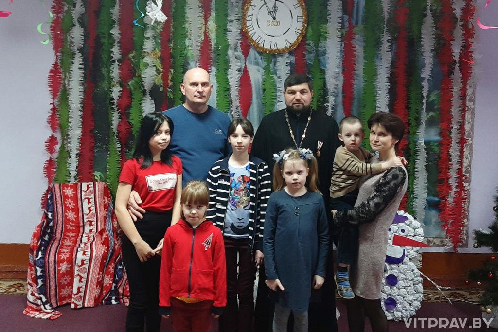 Настоятель Преображенского храма города Лепеля посетил роддом и социально-педагогический центр