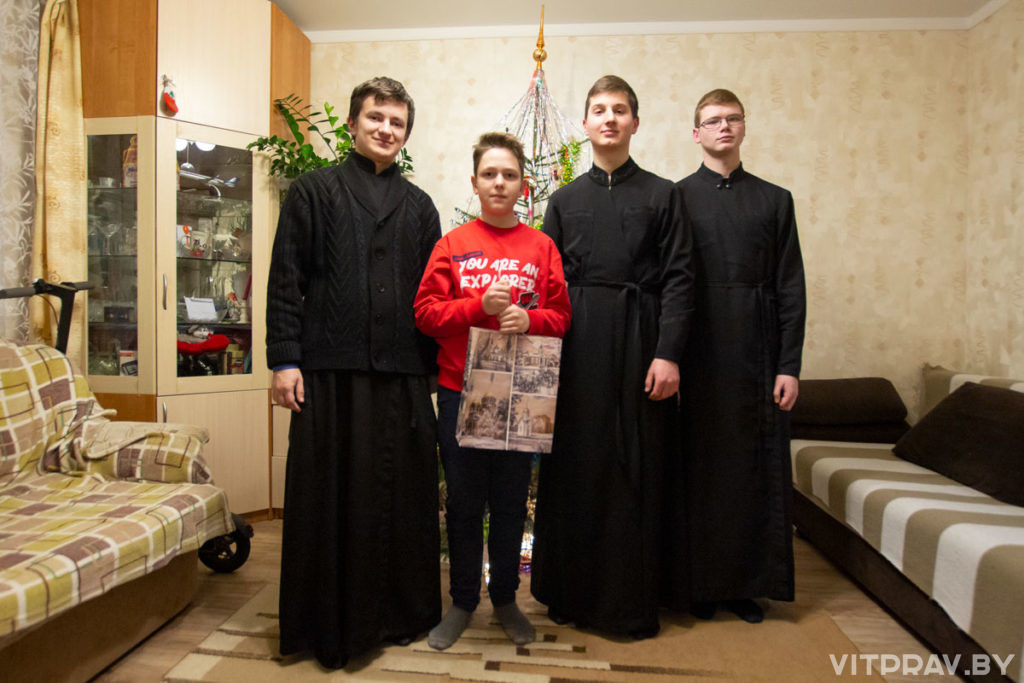 """Студенты Витебской духовной семинарии поздравили с Рождеством героев благотворительной акции """"Белый цветок"""""""
