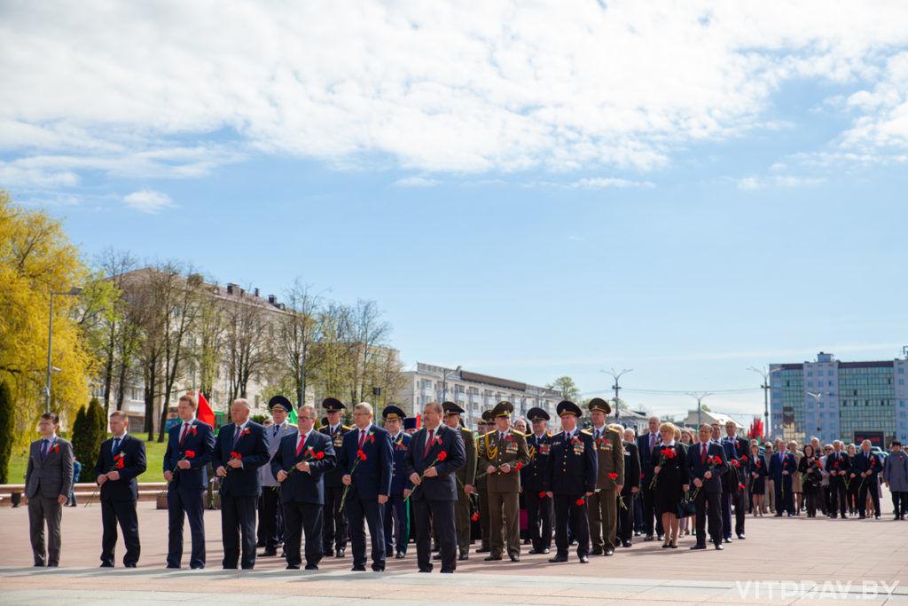 Возложение цветов и венков к мемориальному комплексу в честь советских воинов, партизан и подпольщиков Витебщины в 75-ю годовщину Великой Победы