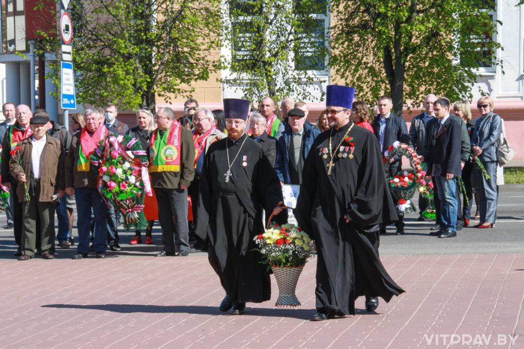 Благочинный Оршанского округа возложил цветы к Памятному знаку воинам-освободителям Орши