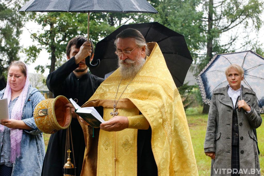 Секретарь Витебской епархии совершил чин освящения креста на месте строящегося храма в агрогородке Добромысли
