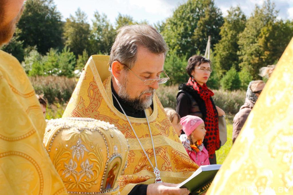 Секретарь Витебской епархии совершил чин освящения креста на месте строящегося храма в агрогородке Мошканы
