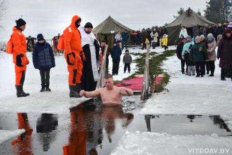 В праздник Богоявления на озере Святое после освящения воды прошли традиционные крещенские купания