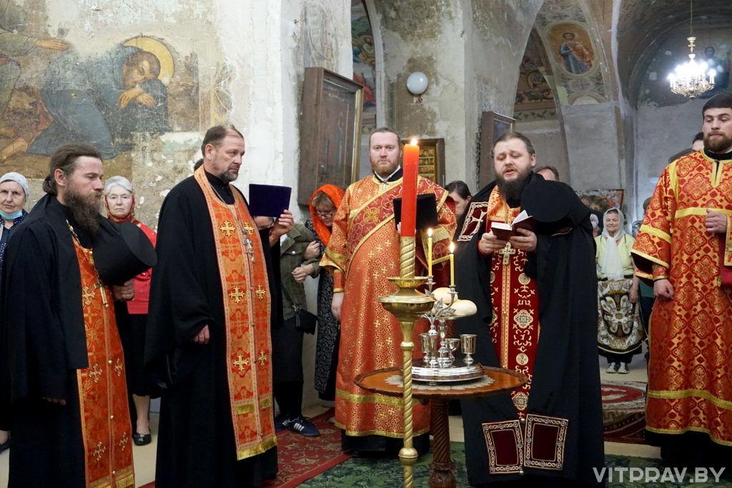 В канун дня памяти святой великомученицы Ирины архиепископ Димитрий совершил всенощное бдение в одноименном храме города Москвы