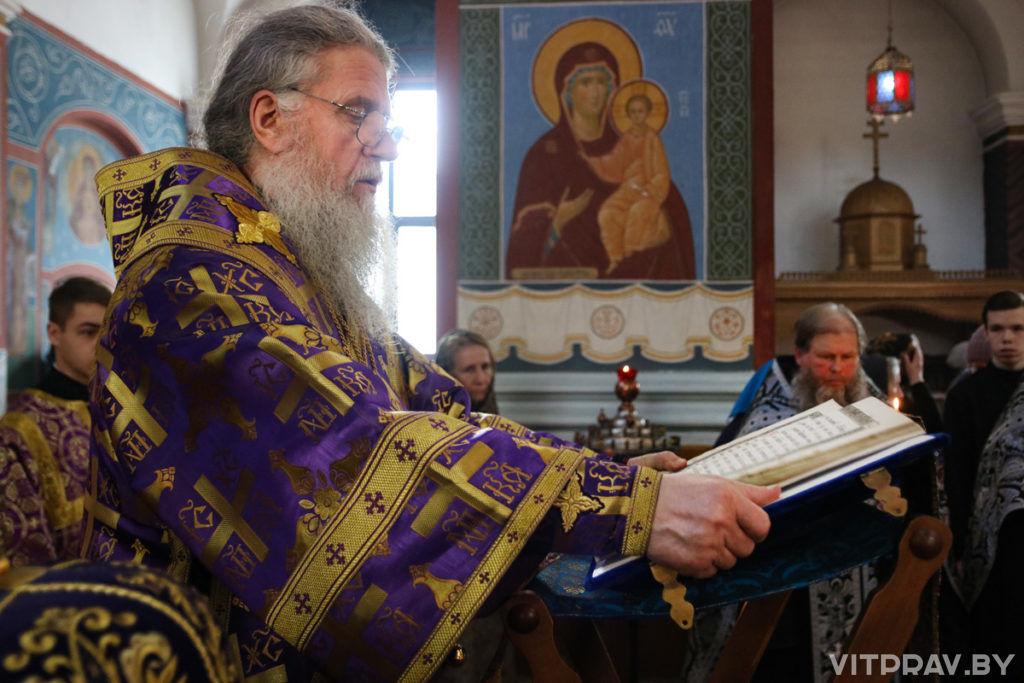 В канун Великой Пятницы архиепископ Димитрий совершил утреню с чтением двенадцати Страстных Евангелий в Свято-Покровском соборе города Витебска