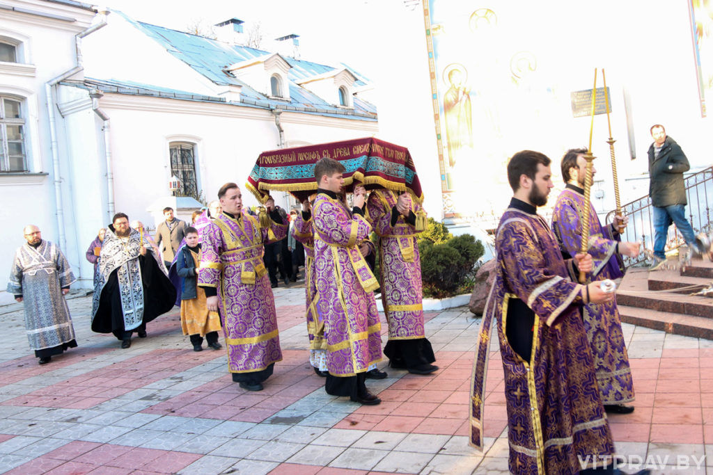 В канун Великой Субботы архиепископ Димитрий совершил утреню с чином погребения Господа нашего Иисуса Христа в Свято-Покровском соборе города Витебска