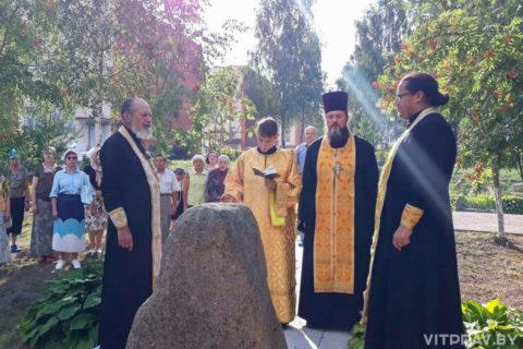 На месте бывшего концентрационного лагеря у реки Лучоса было совершено заупокойное богослужение